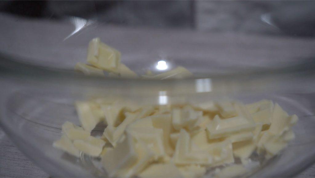 ホワイトチョコレートを細かく砕きました。